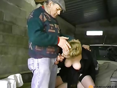Gal with hairy cunt copulates with the chap in the car